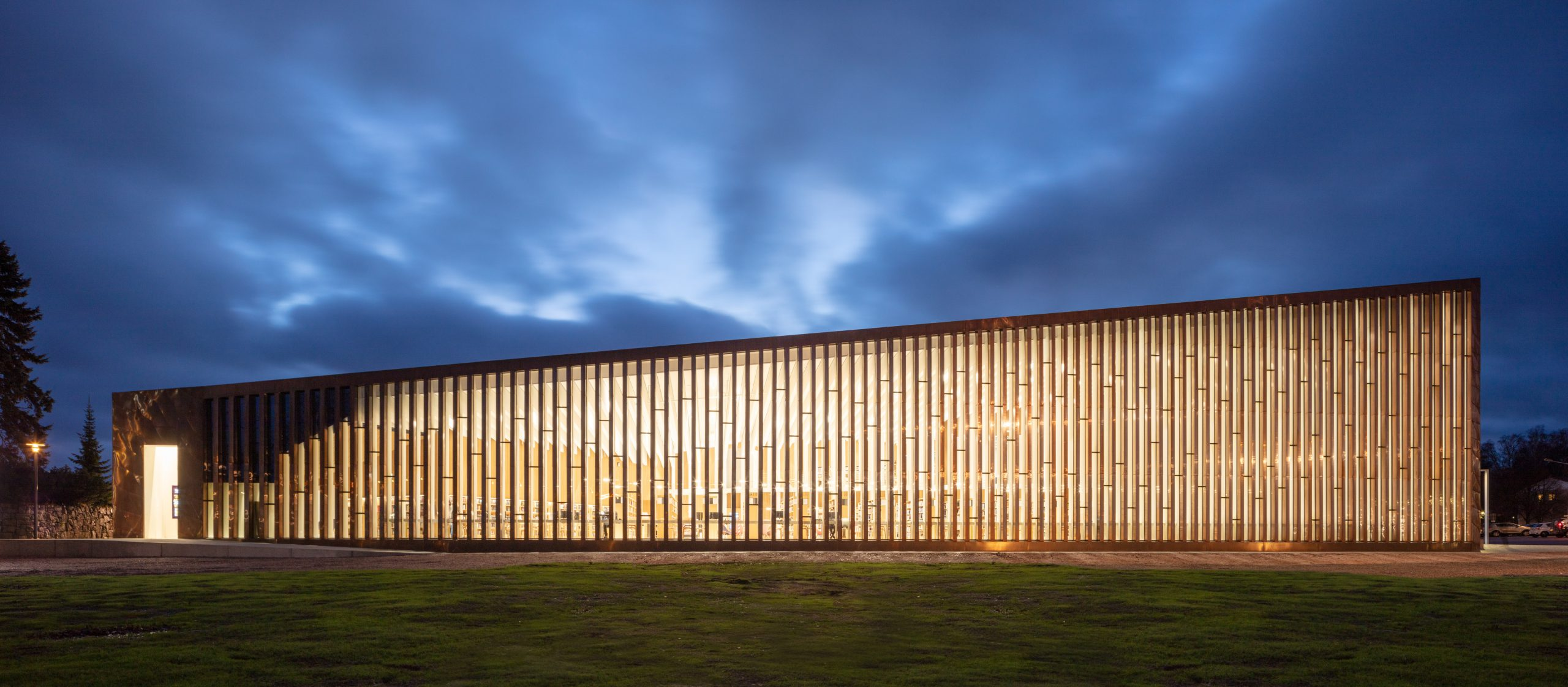 Ground level side view of the Kirkkonummi Library in Finland. The brown walls are clad from Nordic Brown Light copper by Noridc Copper.