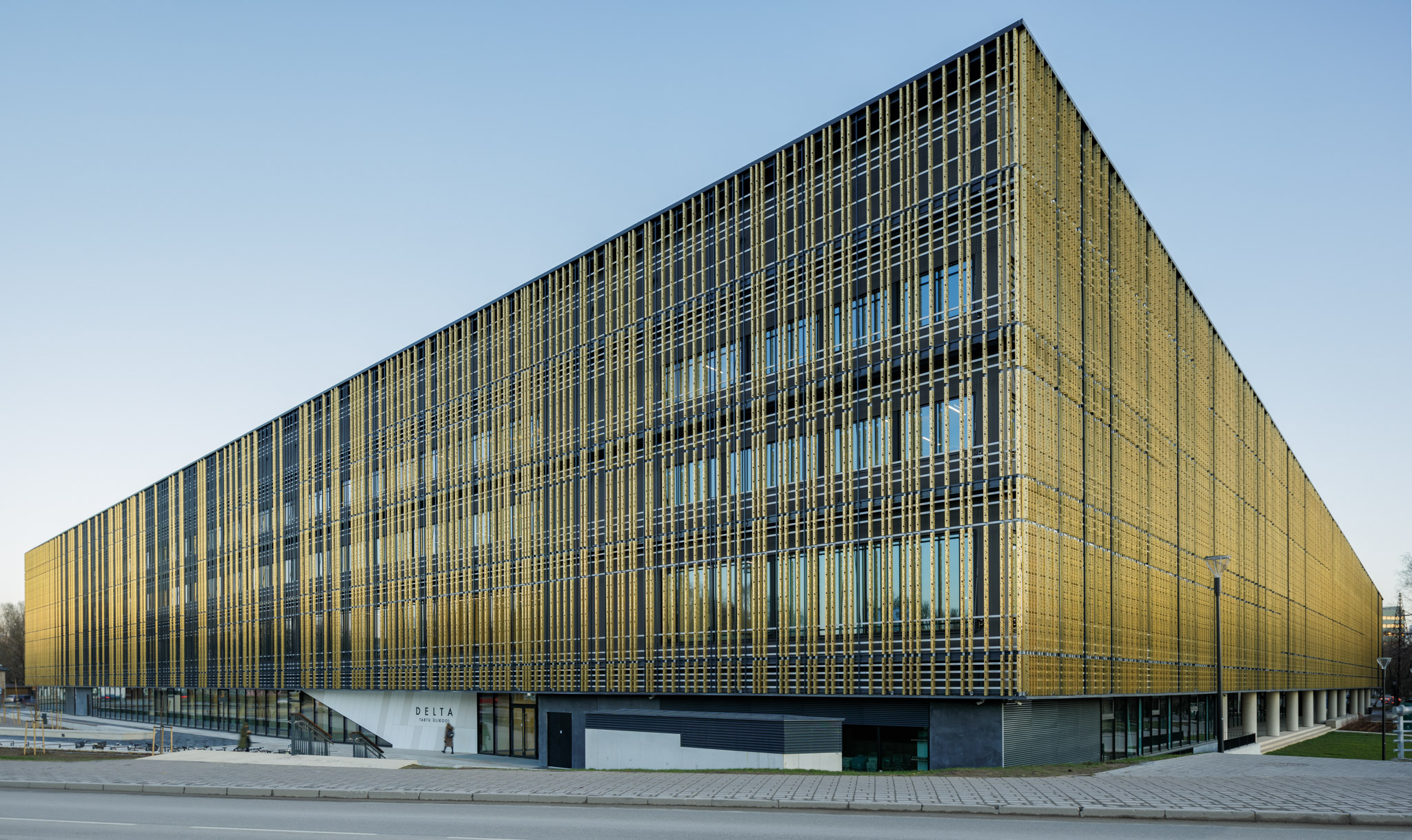 View of the facade of Tartu University in Estonia. The copper walls are gold-coloured and clad from Nordic Royal copper.